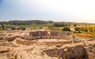 在以色列钟形洞穴中唱歌 如教堂圣歌般动听