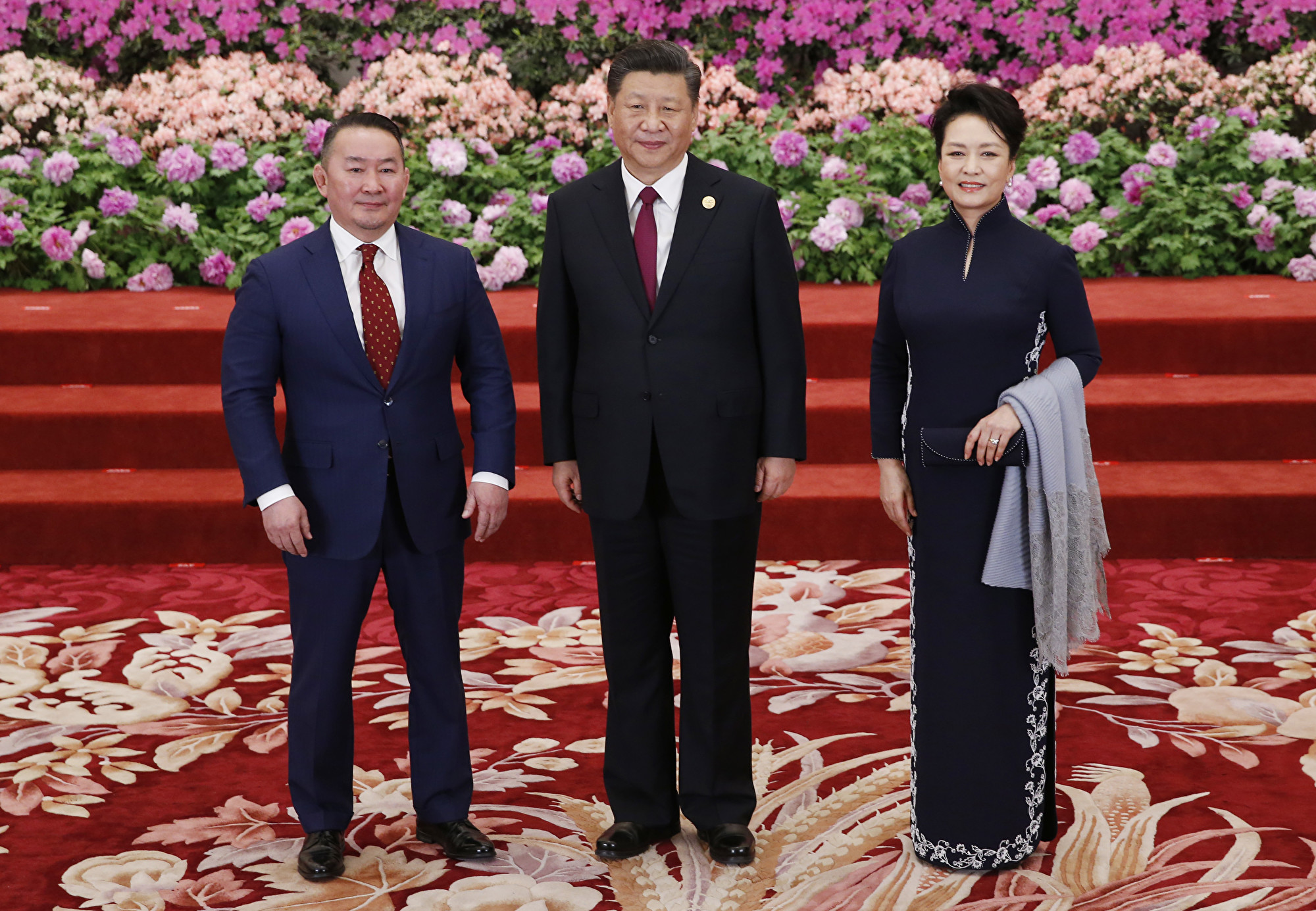 蒙古總統巴特圖勒嘎在2月28日結束訪華行程後返國,隨即被隔離14天。圖為2019年4月26日,巴特圖勒嘎(圖左)在訪問中國時與習近平伉儷合照。(Jason Lee – Pool/Getty Images)