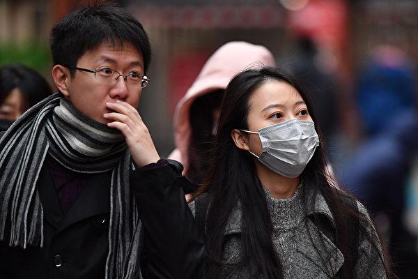 """中共病毒(又称新型冠状病毒)似乎愈来愈""""难以捉摸"""",有病人进行多次核酸检测后才呈现阳性,造成确诊困难。(BEN STANSALL/AFP via Getty Images)"""