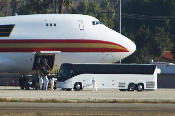 圖為2020年1月29日,一架載著美國從武漢撤僑的飛機降落在加州「馬奇空軍基地」(March Air Reserve Base)。(Matt HARTMAN/AFP)
