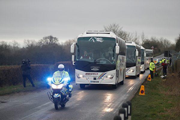 2020年1月30日,從武漢撤離的英國僑民下了飛機後,由警察開路前去軍事基地隔離。(Adrian DENNIS/AFP)