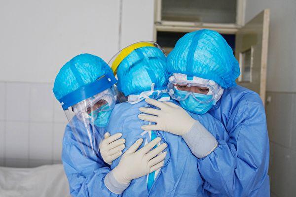面对中共肺炎(武汉肺炎)疫情,保护、善待、善用医护人员,是拯救更多病人的关键。(STR/AFP via Getty Images)