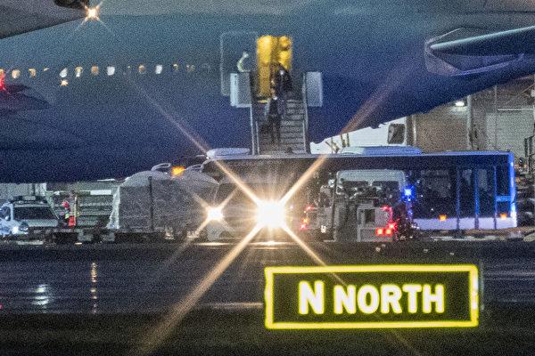 2020年2月1日,從武漢撤離的德國人和外國人下了飛機後登上一輛巴士。(Thomas Lohnes/AFP)