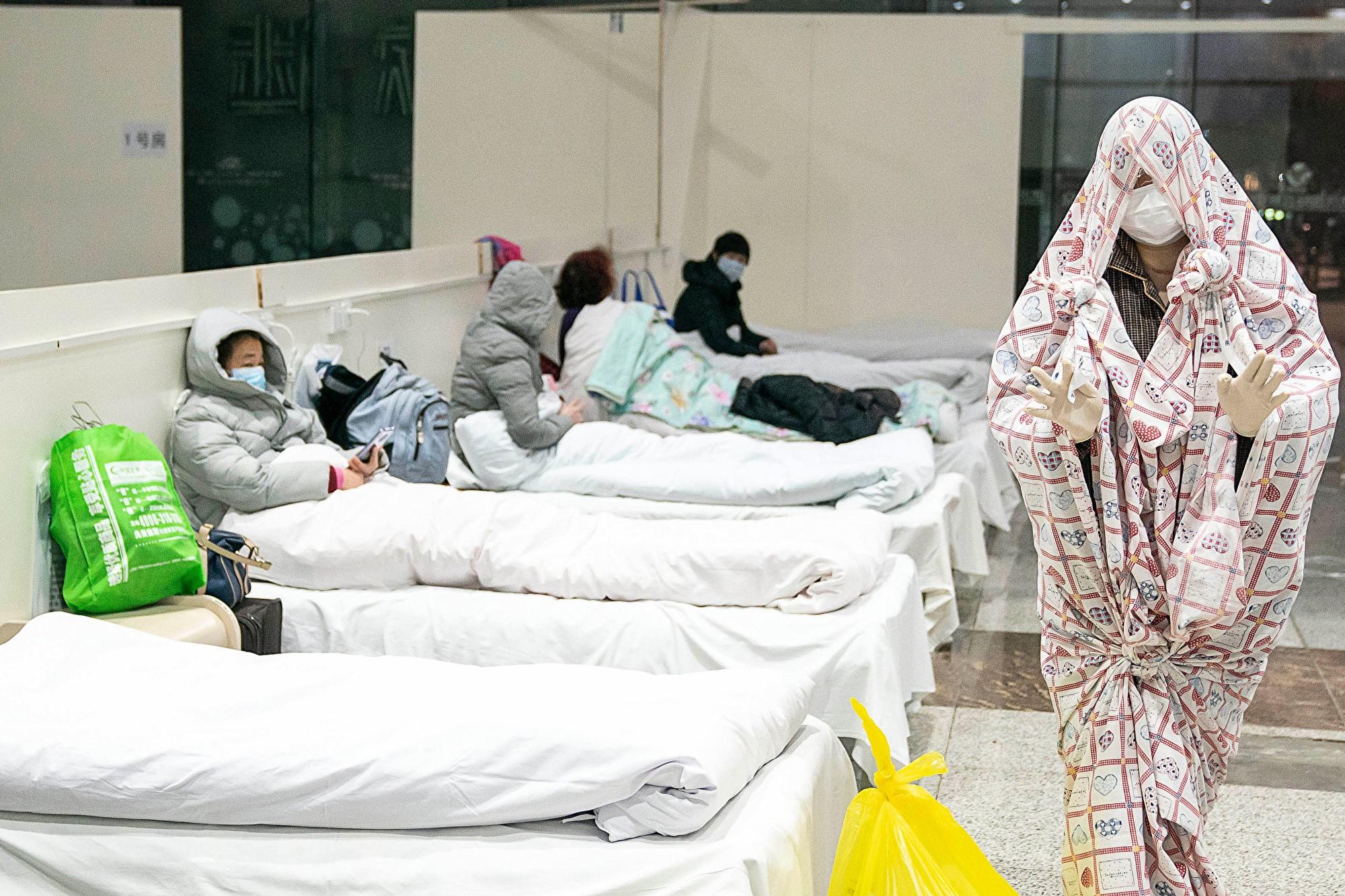 對疫情絕望的中國人在高樓撒錢 鈔票滿天飛