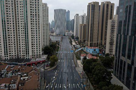 經濟學家普遍預計,疫情將重創中國大陸經濟。圖為2020年2月7日上海虹口區空蕩蕩的街道。(AFP/Getty Images)