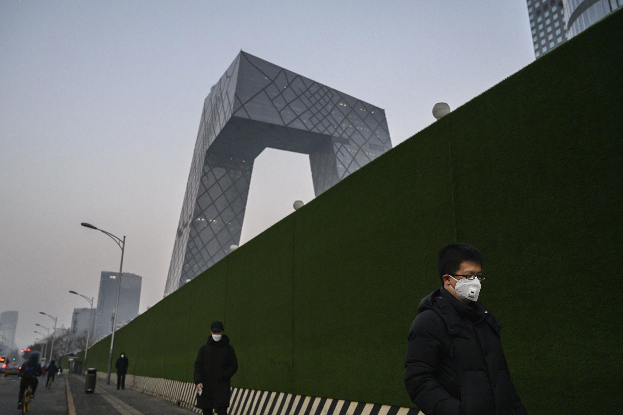 2月10日,人們戴著防毒面具在北京街道上行走。(Kevin Frayer/Getty Images)