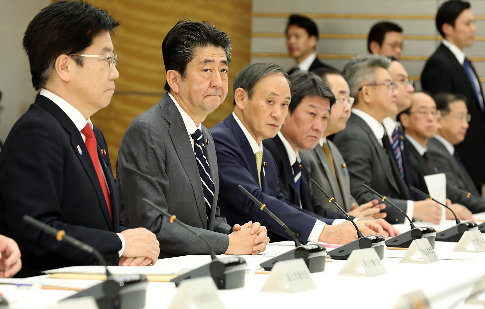 2020年2月14日,日本首相安倍晉三(左二)參加2019冠狀病毒疾病的防控會議。該國14日新增8宗武漢肺炎確診病例。(STR/JIJI PRESS/AFP)