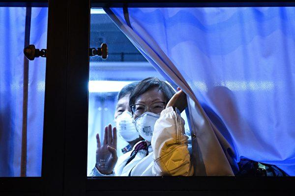 專家表示,無症狀感染者、檢測呈陰性者,不代表未攜帶中共病毒,因此下船後依然需要做謹慎防護。圖為從鑽石公主號撤離的美國旅客。(KAZUHIRO NOGI/AFP via Getty Images)