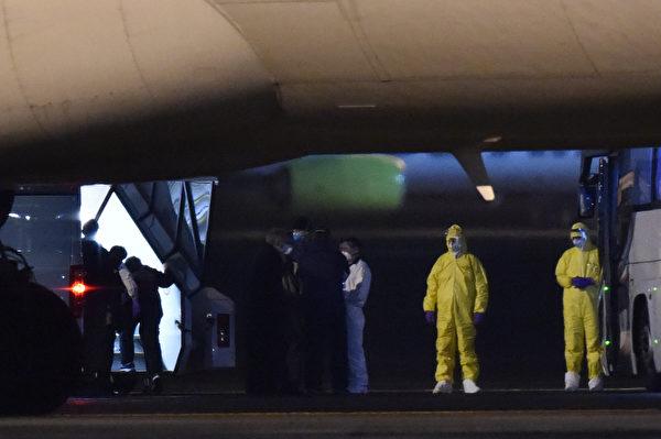 國務院另一名發言人在一份聲明中說,所有乘客在出發前都要進行中共病毒症狀篩查,並在到達美國後由疾病控制和預防中心(CDC)的工作人員進行篩查。 (KAZUHIRO NOGI/AFP via Getty Images)