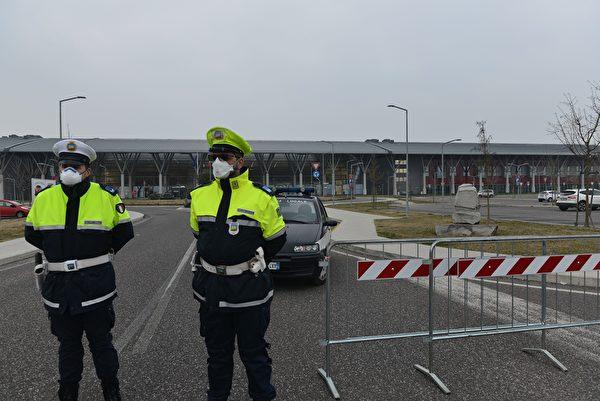 2020年2月24日,試圖阻止新型冠狀病毒擴散,意大利警察封鎖了進入威尼斯附近蒙塞利採Schiavonia醫院的通道。 (MARCO SABADIN/AFP via Getty Images)