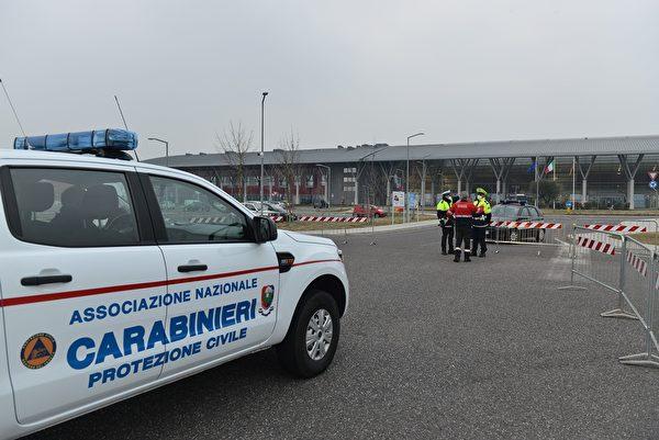 2020年2月24日,擔心疫情新型冠狀病毒擴散,意大利警察封鎖了前往威尼斯附近蒙塞利切Schiavonia醫院的通行。 (MARCO SABADIN/AFP via Getty Images)
