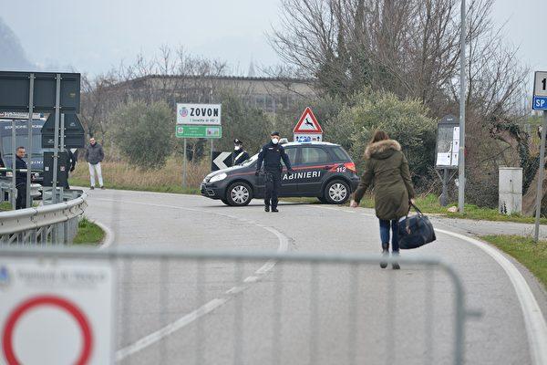 2020年2月24日,擔心意大利疫情新型冠狀病毒擴散,威尼斯附近的Zovon封鎖了道路。 (MARCO SABADIN/AFP via Getty Images)