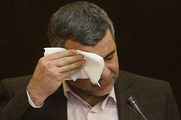 2月24日,伊朗衛生部副部長伊拉吉·哈里奇(Iraj Harirchi)在記者招待會上擦汗,第二天他被確診感染中共肺炎。(MEHDI BOLOURIAN/FARS NEWS/AFP)