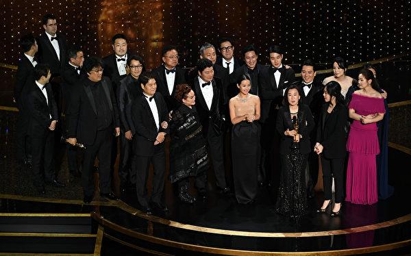 韓片《上流寄生族》(台譯:寄生上流)拿下最佳電影、最佳導演、最佳國際影片及最佳原創劇本四大獎項,成本屆奧斯卡最大贏家。(Kevin Winter/Getty Images)