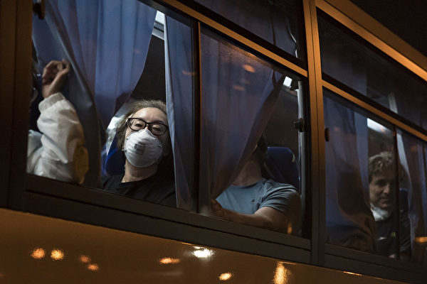 從鑽石公主號撤離返美的美國人。 (Tomohiro Ohsumi/Getty Images)