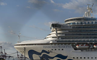 """钻石公主号自2月3日在海上隔离后,截至2月21日,从1人确诊激增至634例,约占船员与旅客的1/6,被称为""""海上武汉""""。(Tomohiro Ohsumi/Getty Images)"""