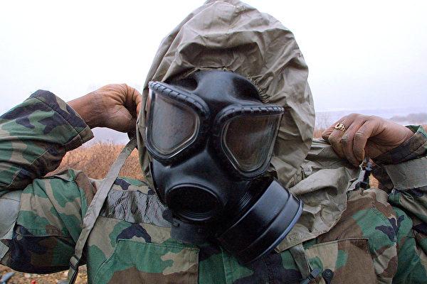 俄羅斯一名的士司機戴防毒面具以對抗中共肺炎。圖為2003年2月26日,駐韓美軍一名士兵戴著防毒面具參加軍演。(Chung Sung-Jun/Getty Images)