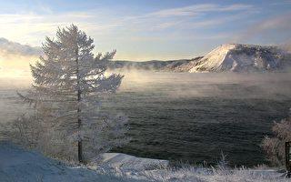 俄贝加尔湖的冰块清澈透明 犹如巨型钻石
