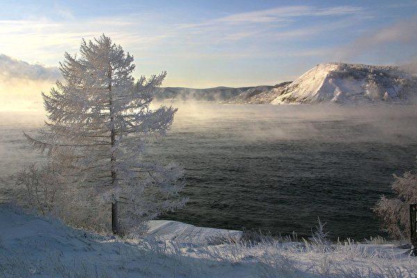 俄貝加爾湖的冰塊清澈透明 猶如巨型鑽石