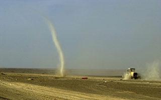 尘卷风横扫印度学校球场 学生落荒而逃