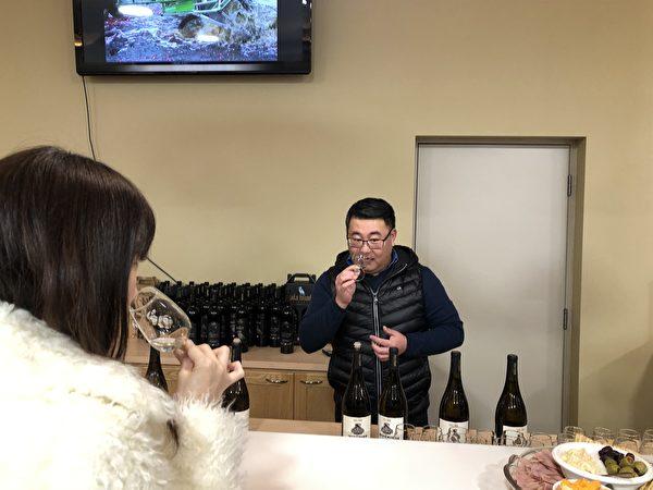 圖:卑詩台灣商會舉辦鼠年元宵團拜,不僅有趣好玩,更學習到釀酒知識,結識朋友。(邱晨/大紀元)