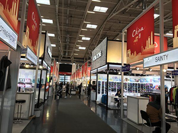 2020年慕尼黑國際體育用品展會(ISPO)在中共肺炎的陰影下舉辦,西方人疏於防範,甚至推著嬰兒車觀展。(黃芩/大紀元)