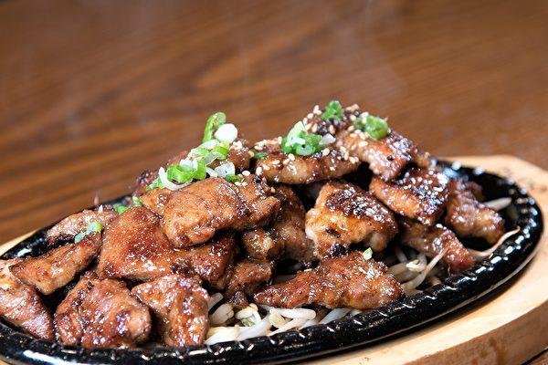 圖:江南韓餐館喬遷高貴林,曾經多次獲獎,主廚希望越做越好。圖為烤豬排。(童宇/大紀元)