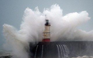 暴风雨袭击欧洲 洪水暴发 数百航班取消