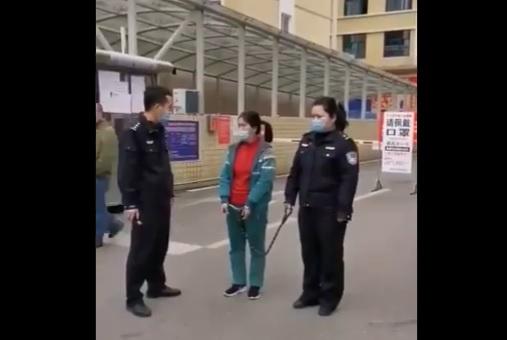 女孩不戴口罩,被綁上鐵鏈遊街示眾。(影片截圖)