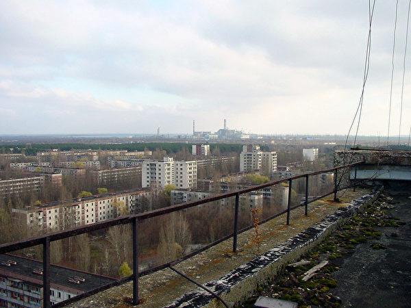 被遺棄的城市普里皮亞季市與在遠方的切爾諾貝利核電廠。(公有領域)