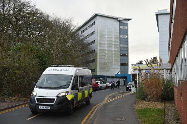2020年1月31日,英格蘭西北部,利物浦附近的威勒爾(Wirral)的阿羅公園醫院(Arrowe Park Hospital)成為因新型冠狀病毒爆發而準備從武漢撤離的英國國民的住宿區之一。航班降落在英格蘭中南部王室空軍基地布裏茲·諾頓(Brize Norton),機上的英國公民乘上開往英格蘭阿羅公園醫院的客車,在那裏他們將被隔離檢疫14天並接受監視。(照片來自Oli SCARFF/法新社)