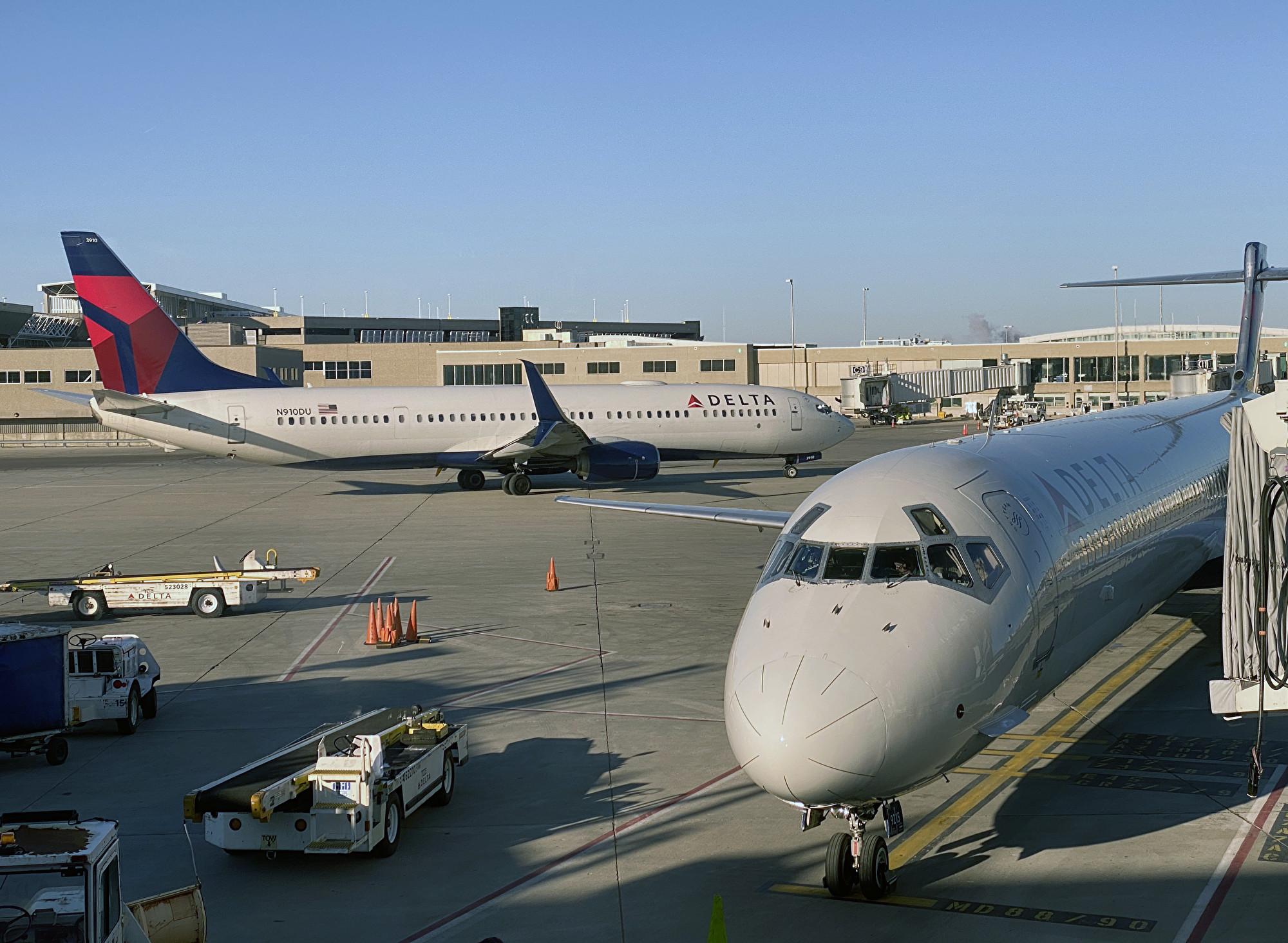 2020年1月8日,一架達美航空飛機在威斯康辛州的密爾沃基密爾國際機場(Milwaukee Mitchell International Airport)的停機坪上。(Daniel SLIM/AFP)