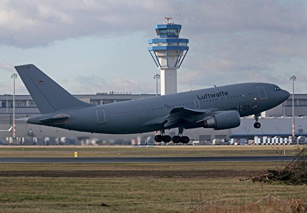2020年1月31日,科隆機場。德國空軍空中客車A310「庫爾特·舒馬赫」飛機飛往中國武漢,從受病毒打擊的地區撤離德國公民。這架飛機預計將於2020年2月1日返回德國,屆時乘客將在斯圖加特附近的格默斯海姆的軍事基地被隔離檢疫兩周。(Photo by Oliver Berg / dpa / AFP)