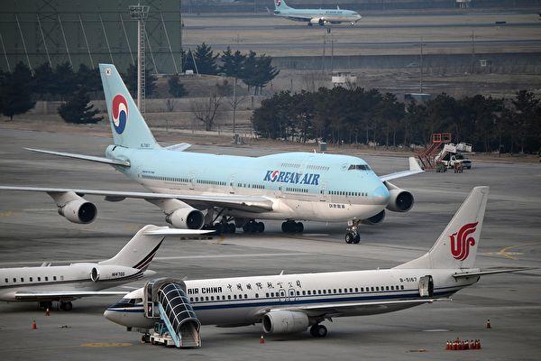 2020年1月31日,一架從中國武漢市撤離的載有368名南韓公民的飛機(中)在首爾的金浦機場降落。(Photo by Jung Yeon-je / AFP)