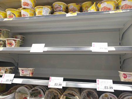貝賽H Mark超市的南韓公仔麵被搶購。(讀者提供)