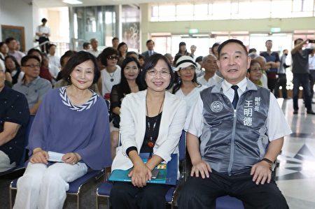 桃園機場公司卸任董事長王明德(右)。