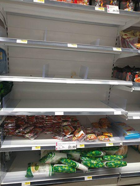 H Mark有的貨架上的食品被搶購得七七八八。(讀者提供)