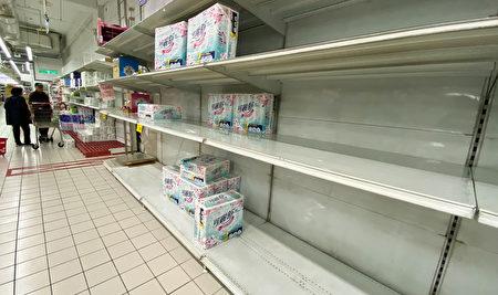 台北市知名量販店貨架上的 衛生紙10日上午已被掃光一半。