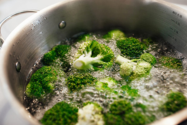 蔬菜肉類等生鮮食物沖洗並煮熟再吃,有助預防中共病毒(新型冠狀病毒)。(Shutterstock)