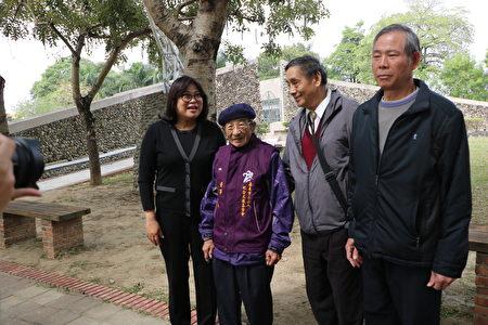 现任二二八纪念文教基金会董事,也受难者家属之一的江振裕(左2)与立委王美惠(左1)等人合影。