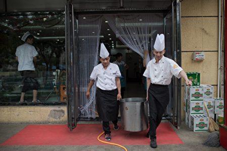 中國武漢肺炎疫情未見減緩,企業延後復工,對中國大陸的餐飲、旅遊、飯店等第三產業服務消費行業造成衝擊。圖為示意圖。(NICOLAS ASFOURI/AFP via Getty Images)