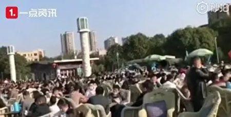 四川廣元市民卸口罩扎堆喝茶。(網絡圖片)