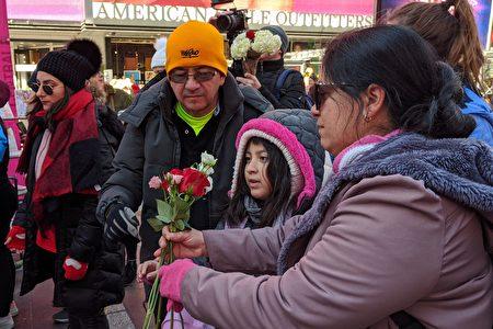 婚禮策劃公司「The Knot」2月14日在杜菲廣場前,向大家贈送鮮花以茲紀念情人節。