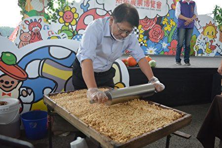 屏东热博9日闭幕,县长潘孟安亲自制作爆米香,免费提供游客品尝,一起分享活动圆满喜悦。
