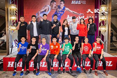 108学年度高中篮球联赛(HBL)26日举行决赛赛前记者会,男、女子组4强球队教练和选手代表合影。