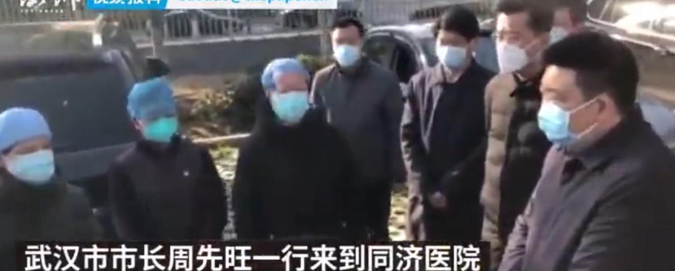 2月18日,周先旺(右一)隱身數天後公開露面。(影片截圖)