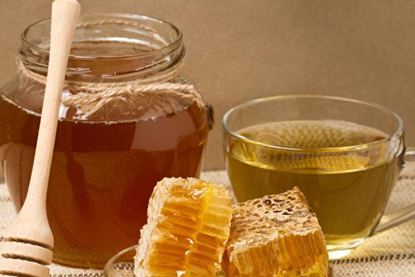 早晨空腹喝一杯加蜂蜜的白開水,能夠加強腸胃蠕動,幫助身體排毒。(Shutterstock)