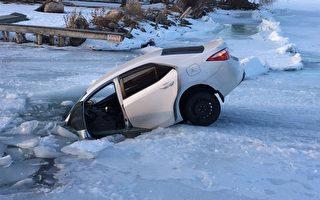轿车栽进结冰湖中 多伦多两钓鱼客险象环生