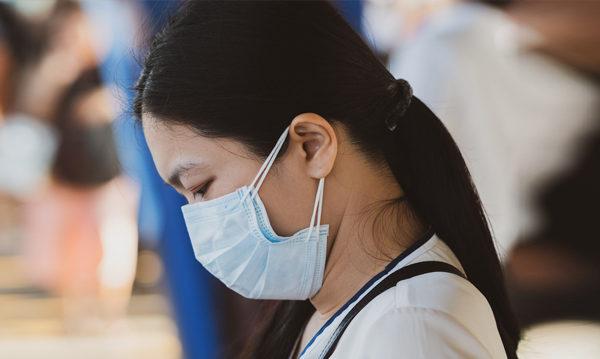 為防範武漢肺炎疫情,長時間戴口罩和頻繁的洗手,也帶來口罩痘、濕疹、手部皮膚乾裂等「副作用」。(Shutterstock)
