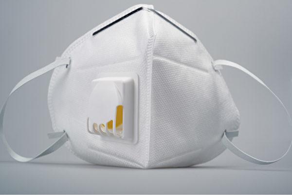 带呼气阀的N95口罩能够排出呼气,减少呼气阻力,同时让口罩内部保持凉爽,提升配戴的舒适度。(Shutterstock)